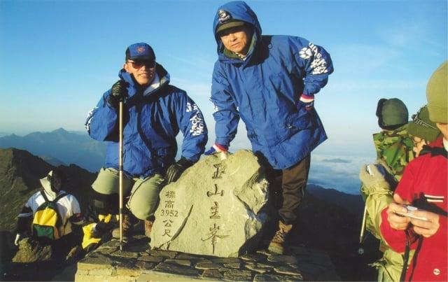 酷愛爬山的狼主( 左 )登玉山主峰留影。(飛狼Jack Wolfskin提供)