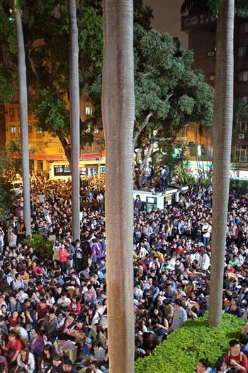 反服貿民眾19日晚間在立法院外聲援議場內人士,人潮占滿車道聆聽演講,和平抗爭。(中央社)