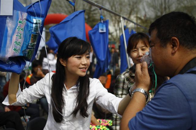 當地時間3月29日,河南鄭州的廣場上,新鮮袋裝空氣被用來宣傳旅遊項目,反響頗佳,內陸城市空氣質量低下程度,由此可見一斑。(AFP)