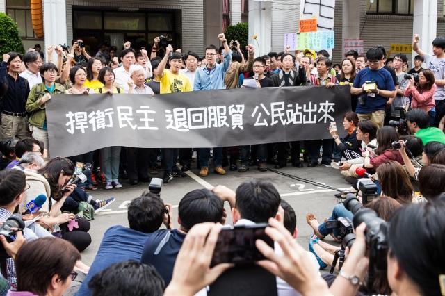 林飛帆(前左6)和陳為廷(前左5)兩人在活動現場振臂疾呼。(記者陳柏州/攝影)