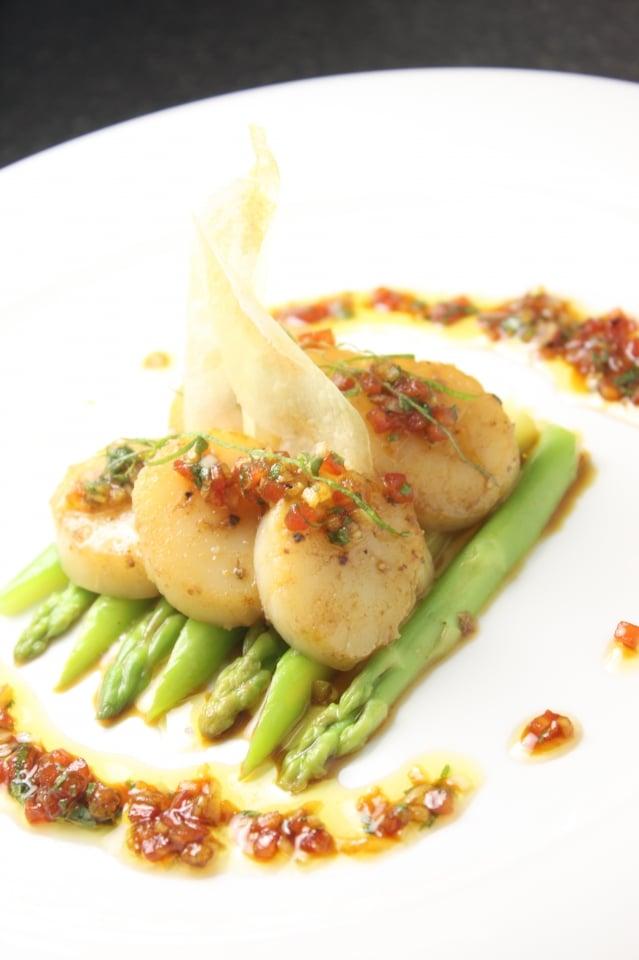 煎干貝佐蘆筍莎莎醬,看起來像法國料理,但味道比較和風,口感簡單又輕爽。(幸福文化提供)