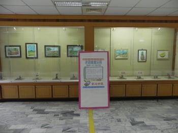 有「老頑童」雅稱的簡遠海先生,應朴子醫院之邀,在該院文藝走廊展出一系列木雕童玩。(文/記者蔡上海、圖/記者蔡上海/攝影)