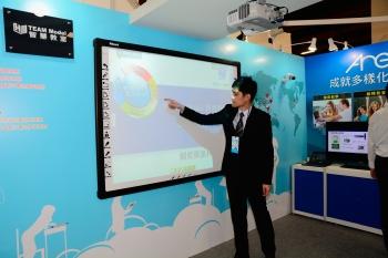 電子白板可觸控等功能取代過去的板書。(記者方惠萱/攝影)