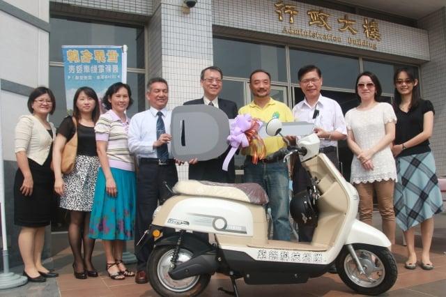 紫銧科技公司捐贈電動車,給長榮大學河川巡守隊使用,讓河川巡守工作更環保,為地球盡一份心力。(記者賴友容/攝影)