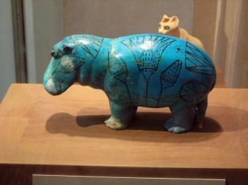 藍色的河馬陶器像,於公元前1981年至公元前1885年間製成(維基百科)