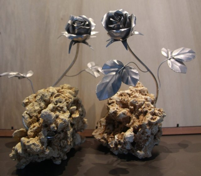 金屬創意館以科技板金打造而成的玫瑰創意藝術作品。(記者賴友容/攝影)