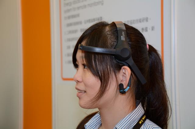 兆豐文創推出「腦波耳機」,可以偵測腦波,短時間內判斷出一個人的個性。(記者方惠萱/攝影)