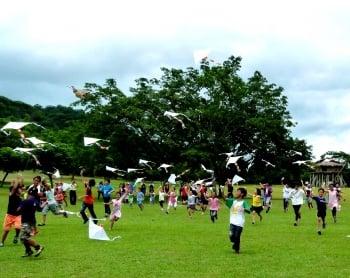 喜迎普悠瑪通車,台東普悠瑪部落孩童放風箏祈福。(記者龍芳/攝影)
