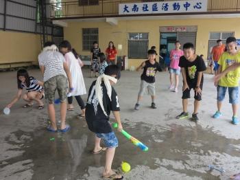 晨光心田陶笛志工隊帶領新社基督的教會的孩童玩闖關遊戲。(記者鄧玫玲/攝影)