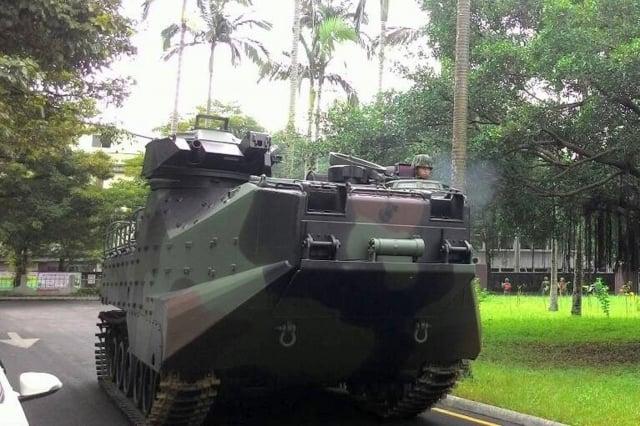 國軍22日編組人力機具進駐宜蘭,兩部AAV-7兩棲突擊車也停在蘇澳鎮公所前待命,將協助防救災工作。(中央社)