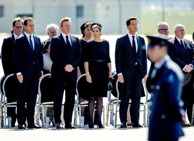 荷蘭國王和王后、總理和副總理等親自迎接遇難者遺體的抵達。(ROBIN VAN LONKHUIJSEN/AFP/Getty Images)
