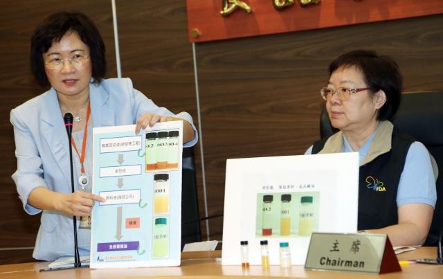 食藥署8日公開劣質豬油檢驗方式,研究檢驗組組長陳惠芳(左)、副署長姜郁美(右)說明餿水油從上游到成品的流程。(中央社)