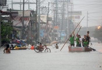 鳳凰挾豪雨 癱瘓馬尼拉市區