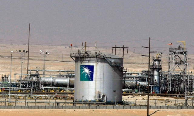 沙烏地阿美石油1日無預警的宣布11月亞洲報價調降1美元。(AFP)