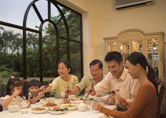 中國是個禮儀之邦,古人非常重視「禮」。餐桌上的禮儀就不少。其中筷子的使用就十分講究。下面介紹使用筷子的18種禁忌。(Fotolia)