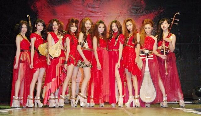無双樂團穿上紅紗女俠裝大秀美腿與琴藝。(記者黃宗茂/攝影)