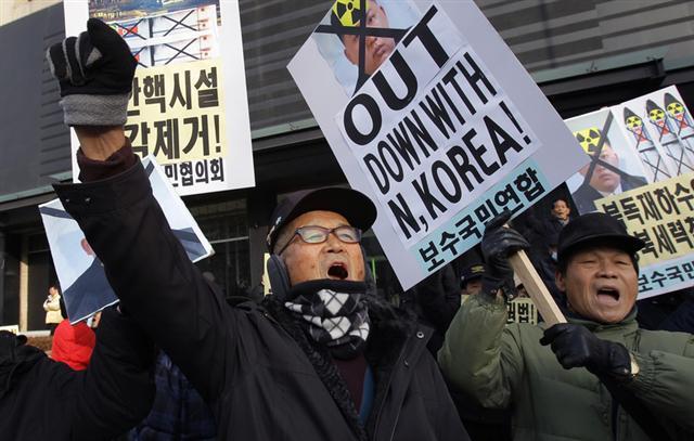 南韓情報局日前表示,北韓擴大了5所政治犯集中營的面積,其中包括位於該國西北部的耀德集中營。目前有約10萬政治犯被囚禁在這些集中營裡。1月8日金正恩31歲生日當天,南韓一些抗議者向北韓政權發出抗議。(Chung Sung-Jun/Getty Images)