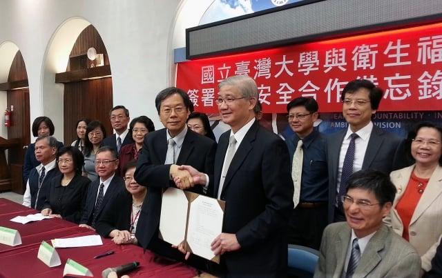 台大與衛福部26日共同簽署食品安全合作備忘錄,由衛福部長蔣丙煌(前右3)、台大校長楊泮池(前右2)代表簽署。(中央社)