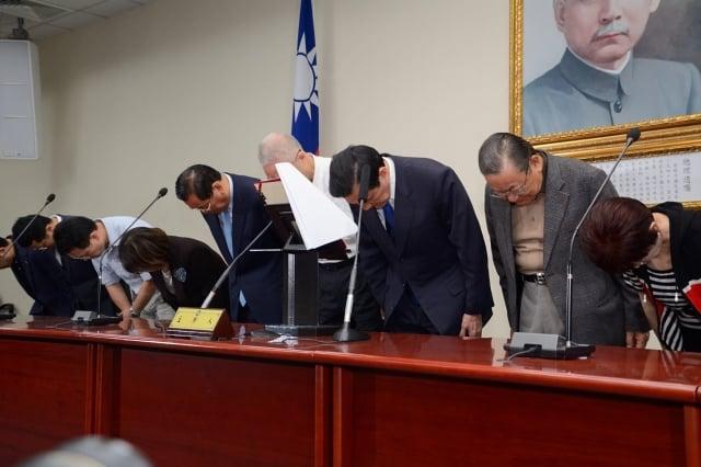 九合一大選結束,國民黨慘敗,身兼國民黨主席的總統馬英九(右3)29日向民眾致歉。(記者方惠萱/攝影)
