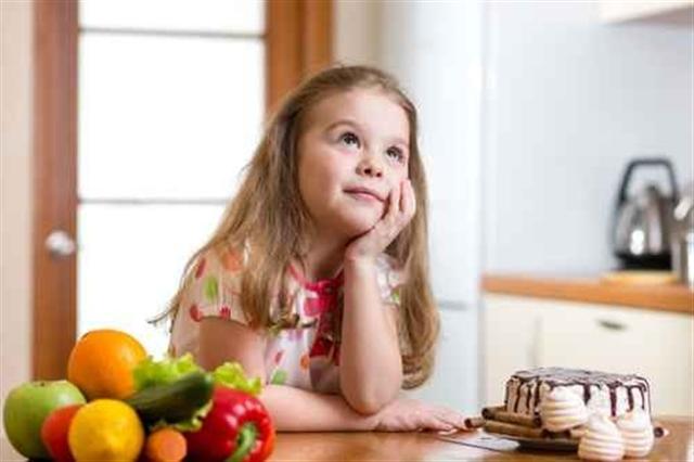 研究顯示,多吃新鮮食物,孩子在校表現好,而甜食和油炸類的攝取頻率越高,在校整體表現較差。(Fotolia)