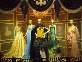 迪士尼90周年展 時尚公主服亮相