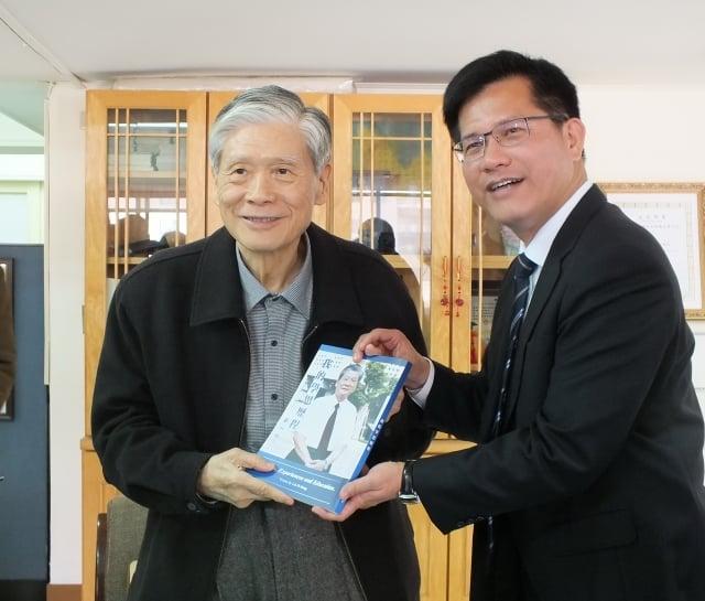 台中準市長林佳龍(右)拜會前市長林柏榕(左)請益市政。(記者黃玉燕/攝影)