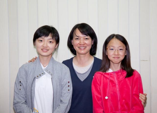 昕芸(左)與母親、妹妹(右)合影。(明慧網)