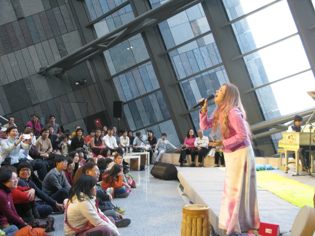 蘭博「四季音樂節」遊客聆聽美聲天后許景淳獻唱。(蘭陽博物館提供)