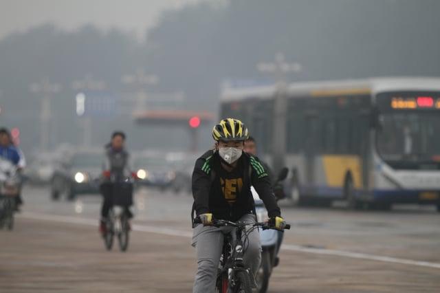 北京時政觀察員華頗認為,從新年伊始的中紀委開盤布局來看,習近平反腐不會停,還會有大事發生。圖為陰霾中的天安門長安街上。(大紀元資料室)