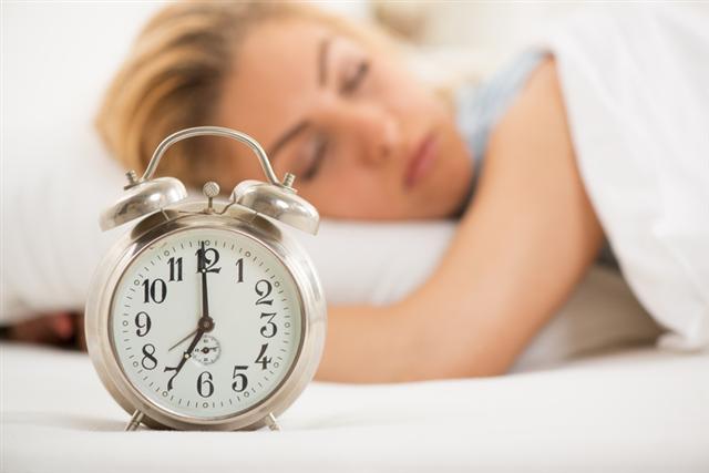 和睡眠過少傷害身體類似,睡眠太多同樣會給身體健康帶來風險。(Fotolia)