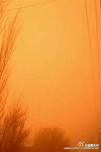3月31日,甘肅酒泉與敦煌市遭遇特大沙塵暴天氣,漫天黃沙,白晝如黃昏,能見度極低。(網絡圖片)