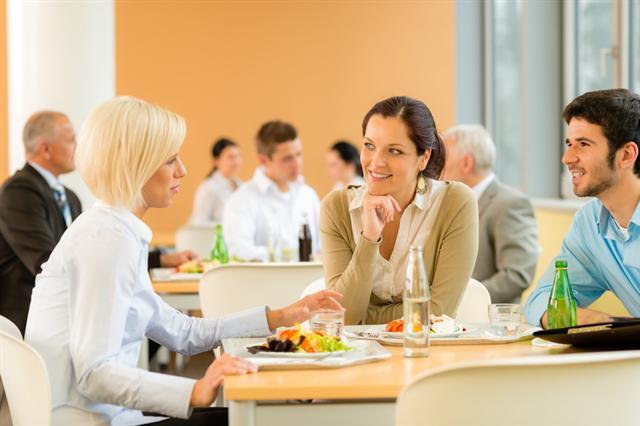 英國研究顯示,在進食時聆聽特定的音樂,會感覺食物的味道更好。圖為幾名顧客在餐廳用餐。(Fotolia)