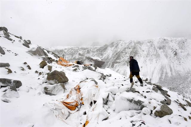 整片營地瞬間遭大雪淹沒,四周帳篷都被沖毀。(ROBERTO SCHMIDT/AFP/Getty Images)