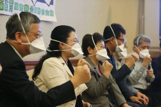 民進黨立委劉建國(左4)等人29日於立法院召開「手術煙霧殺很大」記者會 ,呼籲勞動部 、衛生福利部依法督導。(中央社)
