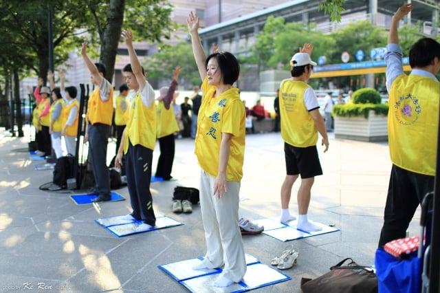 針對台北市信義區西村里里長汙衊法輪功,台灣法輪大法學會昨表達看法。圖為法輪功學員在101前煉功。(大紀元資料室)
