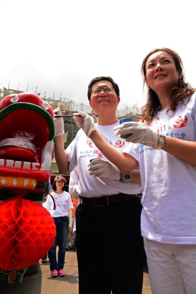 桃園市長鄭文燦(左)畫龍點睛(記者陳建霖/攝影)