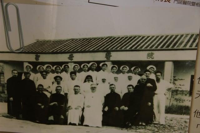 早期的聖母醫院及醫護人員。(靈醫會提供)