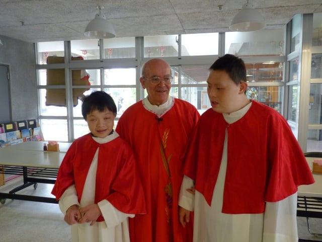 呂若瑟神父(中)與聖嘉民啟智中心院童。(靈醫會提供)