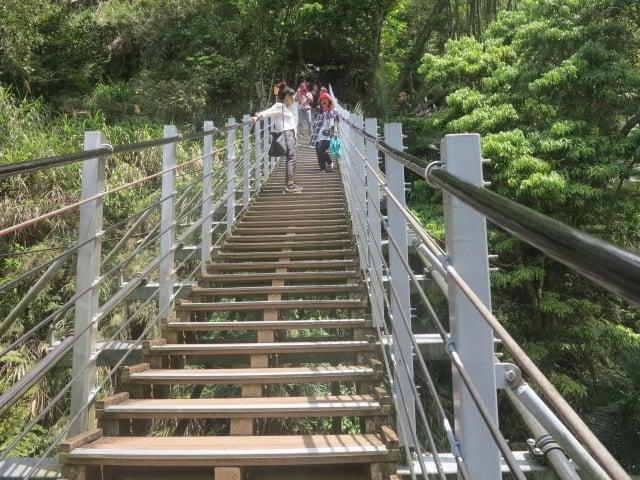 來到天梯的遊客會在天梯的橋面上流連不去。(攝影/鄧玫玲)