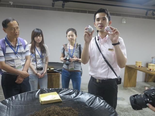 「遊山茶訪」觀光工廠指導訪客製做小巧茶包。(攝影/鄧玫玲)