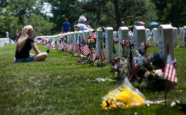阿靈頓國家公墓裡30多萬座軍人墓碑前都插上了國旗,每一面國旗代表著一位殉職的軍人。(Getty Images)