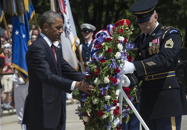 美國總統歐巴馬向阿靈頓國家公墓的無名士兵墓獻上花圈。5月25日這天是美國陣亡將士紀念日。(NICHOLAS KAMM / AFP)