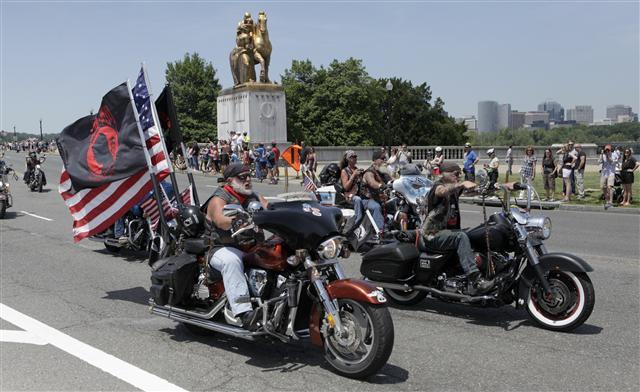 5月24日,美國老兵組織「滾雷」(Rolling Thunder)重型機車隊騎過華盛頓特區,紀念陣亡將士紀念日。(CHRIS KLEPONIS / AFP)