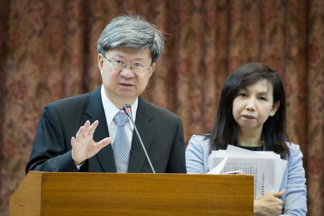 教師團體憂心國中畢業門檻提高後,約有2萬至4萬國中生拿不到畢業證書,教育部長吳思華(左)表示,會再檢討。(記者陳柏州/攝影)