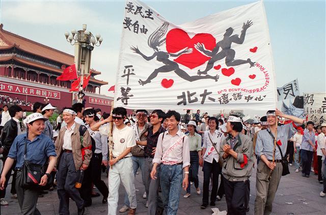 1989年5月17日,北大德語中心的學生在天安門廣場遊行,聲援當時在絕食的學生。\(CATHERINE HENRIETTE / AFP)