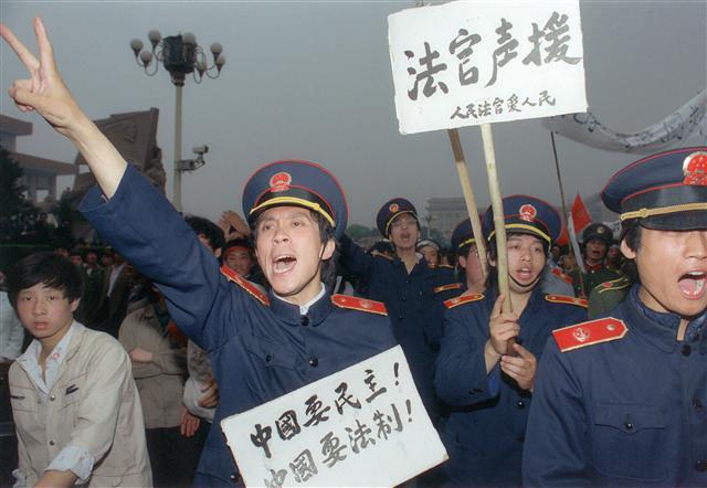 1989年5月18日,一群北京的法官穿著正式制服,加入工人的遊行行列,以聲援學生在天安門廣場的絕食。 (CATHERINE HENRIETTE / AFP)