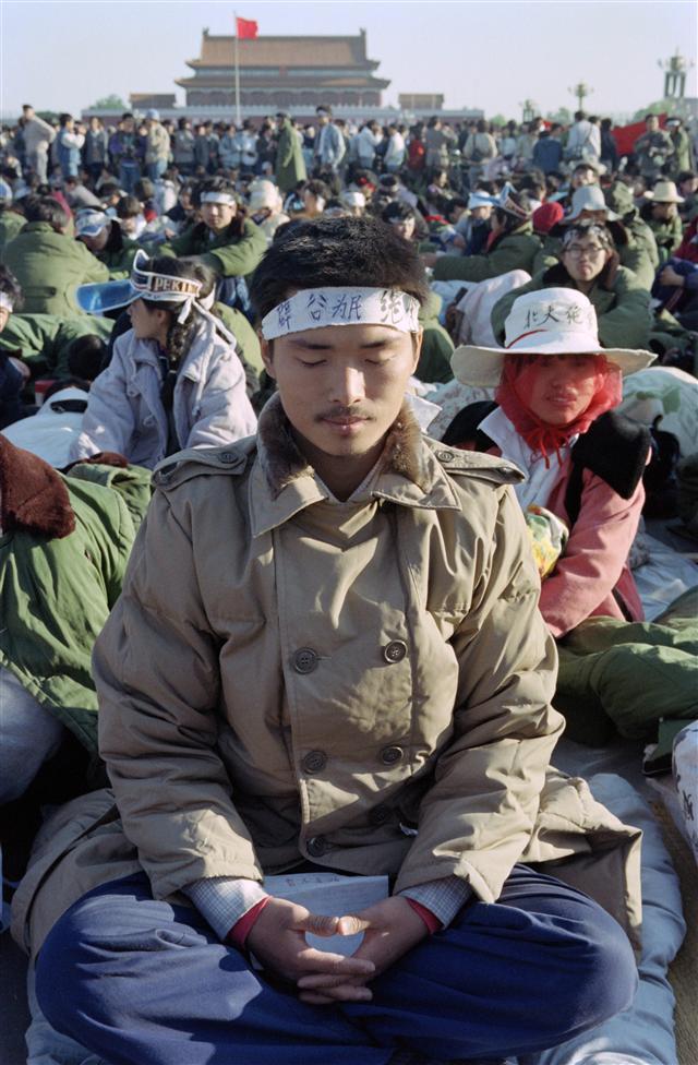 1989年5月14日,一名北京大學學生在天安門廣場前靜坐絕食。(CATHERINE HENRIETTE / AFP)