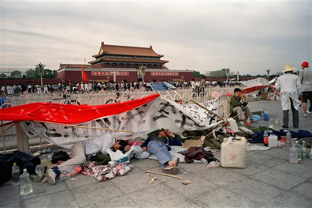 1989年5月21日,累了的學生在天安門廣場就地睡覺。 (Naochiro Kimura / AFP)
