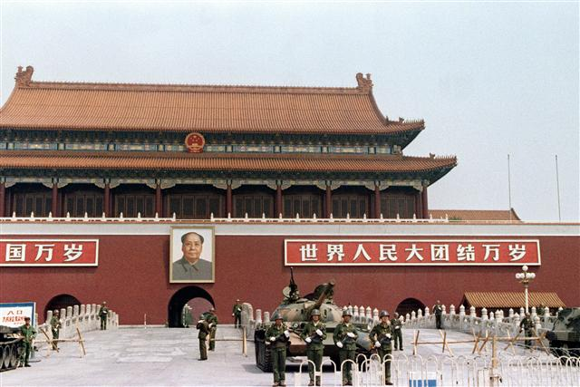 1989年6月11日,進城鎮壓的解放軍已經完全控制北京市,坦克車和路障在天安門廣場前隨處可見。(MANUEL CENETA / AFP FILES / AFPCATHERINE HENRIETTE / AFP)