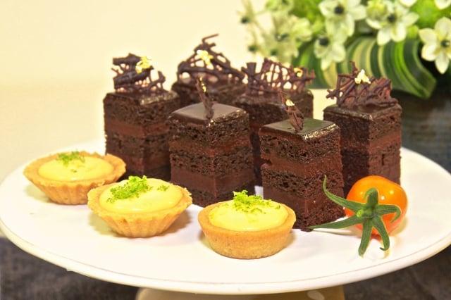 檸檬塔、覆盆子巧克力慕斯蛋糕。(記者許享富/攝影)